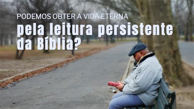 Um homem sentado na estrada e lendo a Bíblia