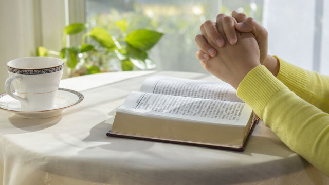 A mulher orando a Deus