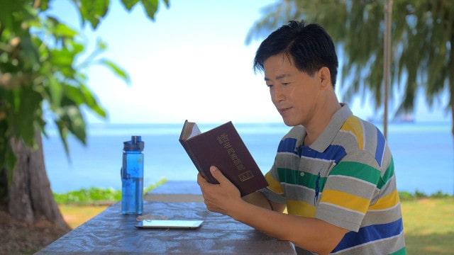 Um homem lendo a Palavra de Deus no parque