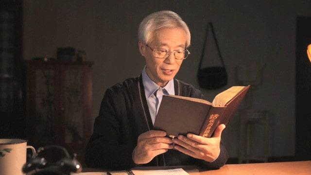 Um homem está lendo a Palavra de Deus