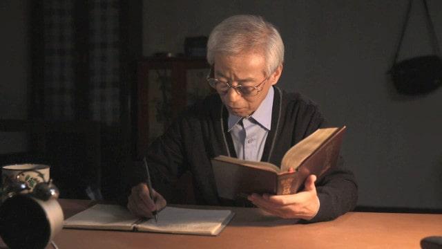 Um homem está lendo as palavras de Deus