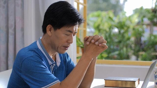 um homem está orando a Deus
