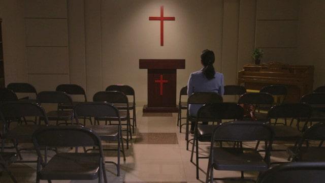 Vista traseira de uma cristã sentado em uma igreja