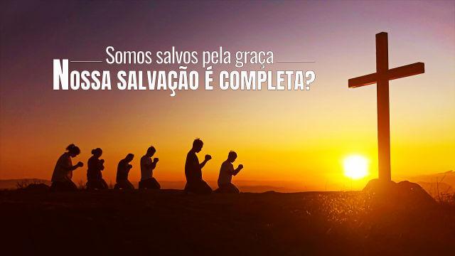 As pessoas se ajoelham para orar debaixo da cruz