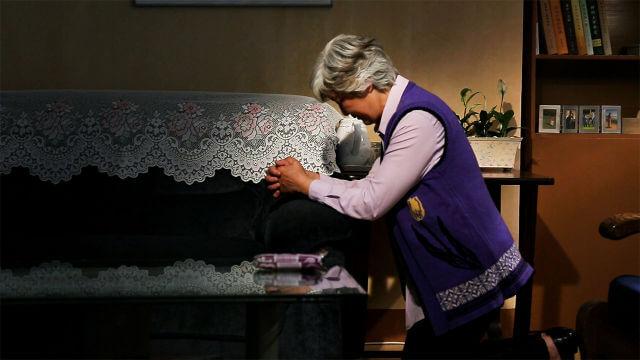 Um cristão orando no sofá
