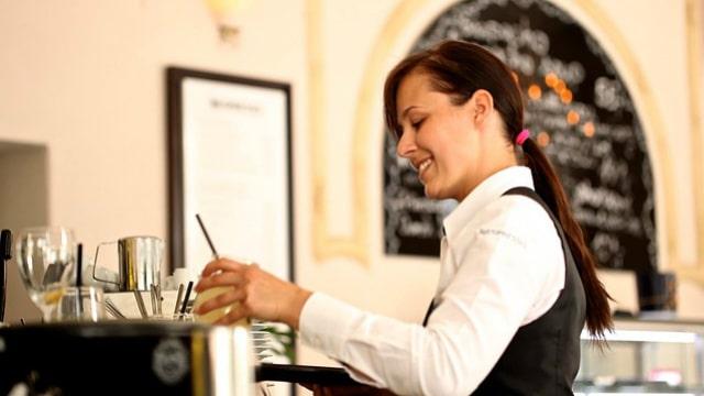 uma mulher que trabalha em um restaurante