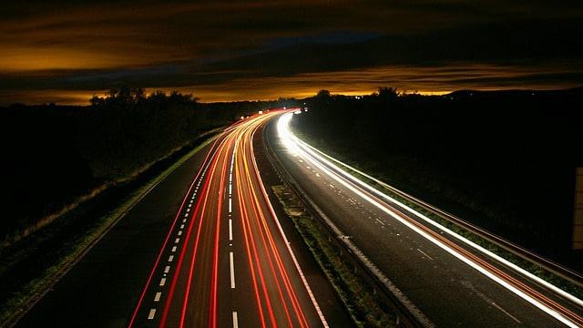 Muitos carros dirigindo na estrada