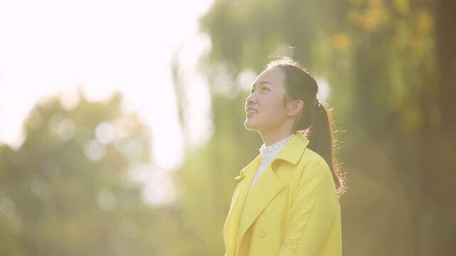 uma mulher em um sorriso feliz