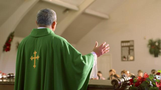 Os crentes católicos ouvem os sacerdotes, os sacerdotes ouvem os bispos e os bispos ouvem o Papa. Não importa quão bem você comunique a obra de Deus Todo-Poderoso dos últimos dias, a menos que o Papa e os sacerdotes anunciem a chegada do Senhor, não podemos aceitá-la — nós, católicos, ouvimos os sacerdotes e o Papa.